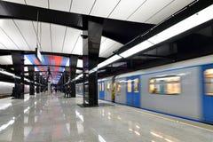 Moscou, Rússia - 17 de março 2018 o trem está chegando à estação de metro CSKA Foto de Stock Royalty Free