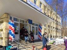 Moscou, Rússia - 18 de março de 2018: Os eleitores incorporam uma estação de votação para participar na votação em eleições do pr Imagem de Stock Royalty Free