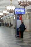 MOSCOU, RÚSSIA - 12 DE MARÇO DE 2018: Os povos na estação de metro Prospekt Mira são carrossel Fotografia de Stock Royalty Free