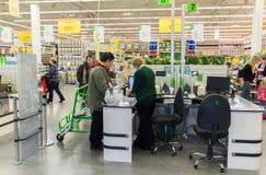 MOSCOU, RÚSSIA - 14 DE MARÇO: Os povos pagam por bens na verificação geral em Leroy Merlin Fotografia de Stock