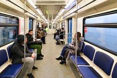 Moscou, Rússia - 17 de março 2018 Passeio dos povos no carro de metro Imagem de Stock