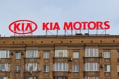 Moscou, Rússia - 25 de março de 2018: Quadro de avisos com logotipo do fabricante de carro coreano KIA Motors no telhado da const Imagens de Stock