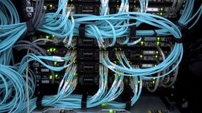 MOSCOU, RÚSSIA - 23 de março: Servidor ótico comutador Luzes de piscamento De fibra óptica Separa o computador em uma cremalheira video estoque