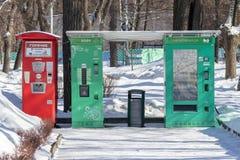 MOSCOU, RÚSSIA - 2 DE MARÇO DE 2019: Vendendo automatiza vendendo bebidas quentes, bebidas no parque da cidade no inverno - chá e fotografia de stock