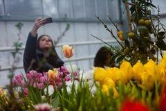 MOSCOU, RÚSSIA - 12 DE MARÇO DE 2018: Visitantes no ensaio do ` da exposição de ` da mola no ` do jardim de Aptekarsky do ` Imagem de Stock