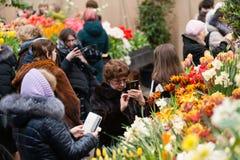 MOSCOU, RÚSSIA - 12 DE MARÇO DE 2018: Visitantes no ensaio do ` da exposição de ` da mola no ` do jardim de Aptekarsky do ` Fotos de Stock Royalty Free