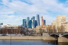 Moscou, Rússia - 25 de março de 2018: Vista da Moscou-cidade internacional do centro de negócios de Moscou com a terraplenagem de Fotografia de Stock