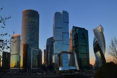 Moscou, Rússia - 2 de novembro 2017 arranha-céus do centro de negócios internacional da cidade de Moscou no por do sol fotografia de stock