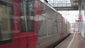 Moscou, Rússia - 17 de novembro de 2017: A chegada moderna do trem de passageiros à estação de trem do anel Railway central de Mo filme