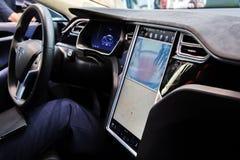MOSCOU, RÚSSIA - 23 DE NOVEMBRO DE 2016: Interior da cabine o Tesla Fotos de Stock Royalty Free
