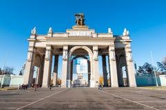 Moscou, Rússia 6 de novembro: O Propylaea de VDNKh em novembro 06,2015 em Moscou, pessoa vai sightseeing Fotografia de Stock Royalty Free