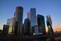 Moscou, Rússia - 2 de novembro 2017 Torres do centro de negócios internacional da cidade de Moscou no por do sol imagem de stock royalty free