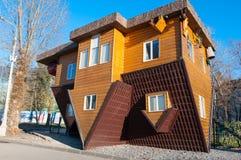 Moscou, Rússia 6 de novembro: Uma casa de cabeça para baixo no parque de VDNKh, um carro de cabeça para baixo estacionou na entra Foto de Stock Royalty Free