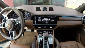 Moscou, Rússia - 10 de outubro de 2018: Interior de couro de Brown do suv superior novo Porsche Cayenne 2019 imagens de stock royalty free