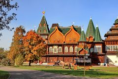 Moscou, Rússia - 9 de outubro de 2018: Palácio do czar Alexei Mikhailovich nas cores brilhantes do outono imagens de stock royalty free