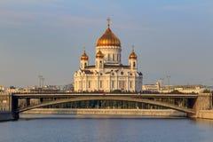 Moscou, Rússia - 2 de setembro de 2018: Catedral de Cristo o salvador em Moscou contra o rio de Moskva e a ponte de Bolshoy Kamen imagens de stock royalty free