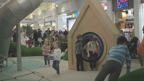 Moscou, Rússia - 16 de setembro de 2018: Crianças que plaing na área de jogo do shopping sob o controlo parental playful vídeos de arquivo