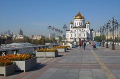MOSCOU, RÚSSIA - 25 DE SETEMBRO DE 2015: Ponte do patriarca e catedral de Cristo o salvador Fotos de Stock