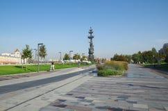 MOSCOU, RÚSSIA - 25 DE SETEMBRO DE 2015: Terraplenagem crimeana Monumento a Peter o grande imagens de stock