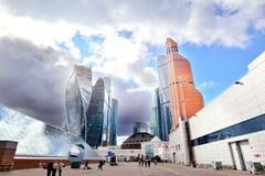 MOSCOU, RÚSSIA - 15 DE SETEMBRO DE 2016: Vista do centro de negócios da cidade de Moscou e do Expocenter, Moscou, Rússia Fotografia de Stock Royalty Free