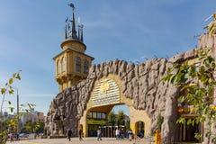 MOSCOU, RÚSSIA - 25 de setembro de 2017: A entrada principal ao jardim zoológico de Moscou imagem de stock royalty free