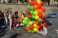 Moscou, Rússia - 23 de setembro 2017 Moças com os balões no spusk de Vasilyevsky Foto de Stock