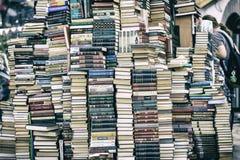MOSCOU, RÚSSIA - 22 DE SETEMBRO DE 2018: Pilha de livros velhos na feira da ladra, Kremlin complexo cultural em Izmailovo em Mosc imagem de stock royalty free