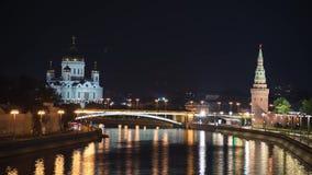 Moscou, RÚSSIA - 30 DE SETEMBRO, Timelapse da ponte de Bolshoy Kamenniy Vista da ponte no Kremlin de Moscou e filme