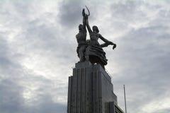 MOSCOU, RÚSSIA - em agosto de 2017 - trabalhador do monumento e mulher da exploração agrícola coletiva na perspectiva das nuvens Fotos de Stock Royalty Free