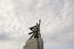 MOSCOU, RÚSSIA - em agosto de 2017 - trabalhador do monumento e mulher da exploração agrícola coletiva na perspectiva das nuvens Foto de Stock