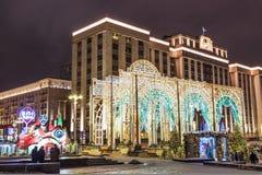MOSCOU, RÚSSIA - EM DEZEMBRO DE 2017: Noite Moscou durante o tempo do Natal no inverno As decorações do Natal perto do quadrado d Fotos de Stock Royalty Free