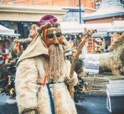 MOSCOU, RÚSSIA EM FEVEREIRO DE 2017: A caminhada do mummer as ruas e mante distraído os povos Disfarçado no diabrete de madeira, Foto de Stock