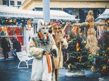 MOSCOU, RÚSSIA EM FEVEREIRO DE 2017: A caminhada dos mummers as ruas e mante distraído os povos Disfarçado no diabrete de madeira Foto de Stock Royalty Free