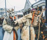MOSCOU, RÚSSIA EM FEVEREIRO DE 2017: A caminhada dos mummers as ruas e mante distraído os povos Disfarçado no diabrete de madeira Fotos de Stock