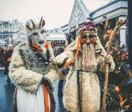 MOSCOU, RÚSSIA EM FEVEREIRO DE 2017: A caminhada dos mummers as ruas e mante distraído os povos Disfarçado no diabrete de madeira Imagem de Stock Royalty Free