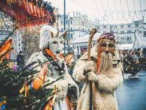 MOSCOU, RÚSSIA EM FEVEREIRO DE 2017: A caminhada dos mummers as ruas e mante distraído os povos Disfarçado no diabrete de madeira Imagens de Stock Royalty Free
