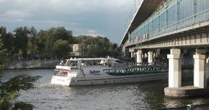 Moscou, Rússia - em julho de 2019: O navio de cruzeiros de Radisson navega o rio sob a ponte filme