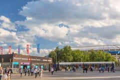 Moscou, Rússia - em junho de 2018: Entrada do estádio de Luzhniki durante o dia ensolarado do verão Povos que saem do estádio apó Fotografia de Stock Royalty Free