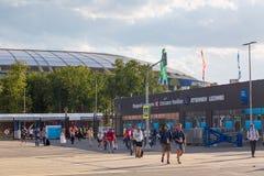 Moscou, Rússia - em junho de 2018: Entrada do estádio de Luzhniki durante o dia ensolarado do verão Povos que saem do estádio apó Fotos de Stock Royalty Free
