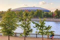 Moscou, Rússia - em junho de 2018: Estádio de Luzhniki e de rio de Moscou cais em Moscou durante o por do sol na noite Campeonato Fotos de Stock