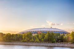 Moscou, Rússia - em junho de 2018: Estádio de Luzhniki e de rio de Moscou cais em Moscou durante o por do sol na noite Campeonato Fotografia de Stock Royalty Free