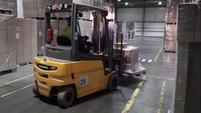Moscou, Rússia - em maio de 2017: Caminhão de elevador na fábrica grampo Conceito por atacado logístico, do carregamento, da expe vídeos de arquivo