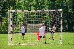 Moscou, R?ssia, em maio de 2018 Futebol do jogo de crian?as na jarda de escola foto de stock royalty free
