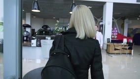 MOSCOU, RÚSSIA - em maio de 2018: O vendedor encontra o cliente no negócio estoque Mulher no concessionário automóvel video estoque