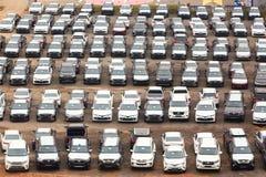 Moscou, Rússia - em outubro de 2018: Muitos carros de Toyota no estacionamento do revendedor nas fileiras de cima de Toyota é um  foto de stock royalty free