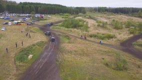 Moscou, Rússia - em setembro de 2018: Corridas de carros fora de estrada extremas grampo Ideia superior da raça fora de estrada E filme