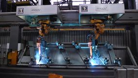 Moscou, Rússia - em setembro de 2018: Movimento dos robôs de soldadura na fábrica do carro cena Movimento do robô ao soldar com foto de stock