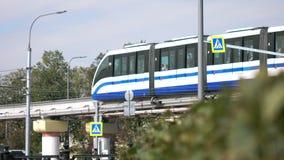 Moscou, Rússia em setembro de 2017: O conceito do transporte urbano Trem moderno que passa no monotrilho O conceito do fut ecológ fotos de stock royalty free