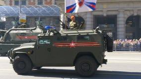 MOSCOU, RÚSSIA ensaio do 7 de maio de 2017 para Victory Parade O equipamento militar está movendo-se ao longo da rua de Tverskaya vídeos de arquivo