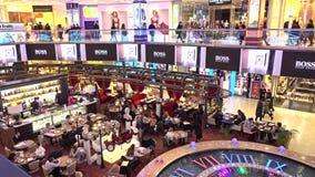 MOSCOU, RÚSSIA - FEVEREIRO, 28, 2017 Café e barra retros ocupados do tema no shopping moderno Foto de Stock